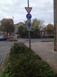 Ende der Fahrradstraße mit falschem Verkehrschild.