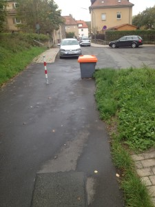 Streugutbehälter auf dem Fuß- und Radweg
