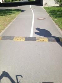 Quer über den komplette Fuß- und Radweg verlegt.