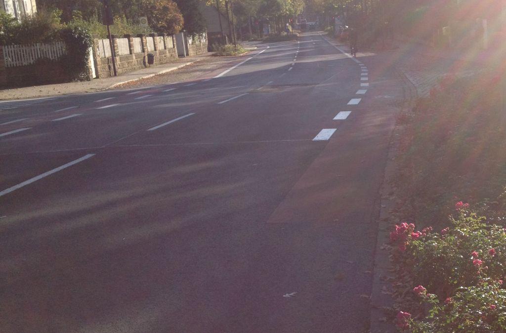 """""""Radfahrstreifen"""" Bürgerreuther Straße. Im Hintergrund die Kreuzung."""