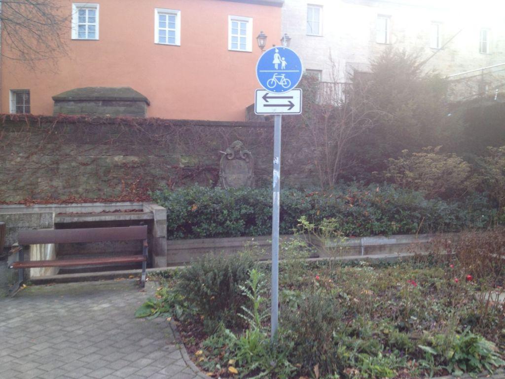 Das Verkehrszeichen 240 an der Seite des Gehwegs.