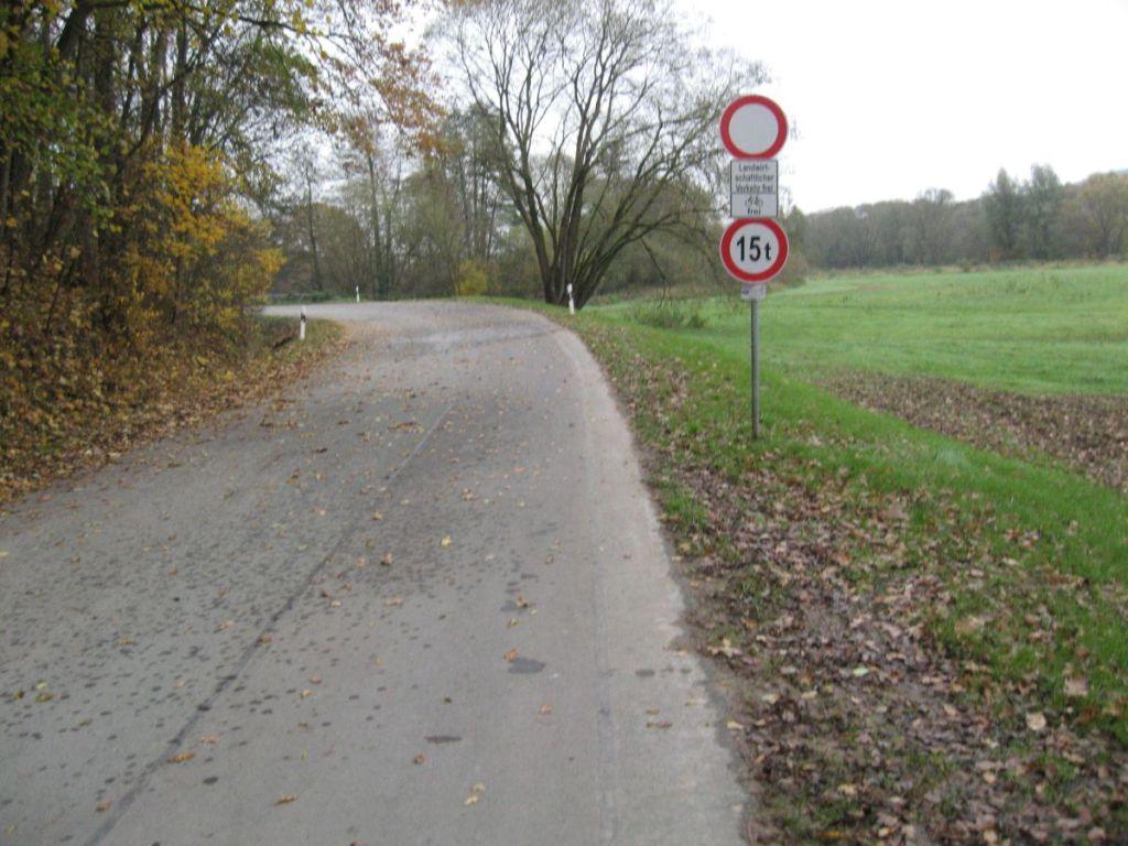 Freigabe nur für Radfahrer und landwirtschaftlichen Verkehr.