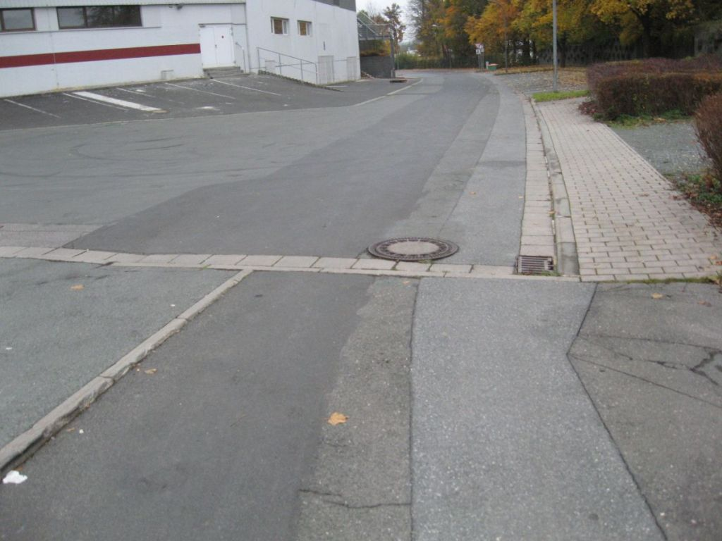 Ein Gullydeckel mitten im Weg.