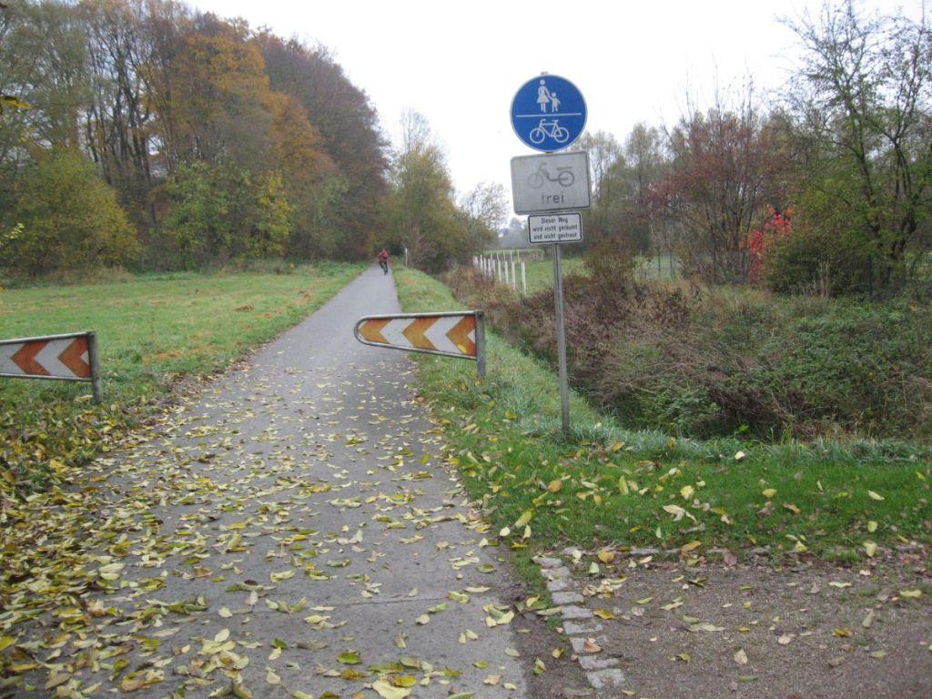 Das Schild Fehlender Winterdienst warnt den Radwegbenutzer vor den Gefahren.