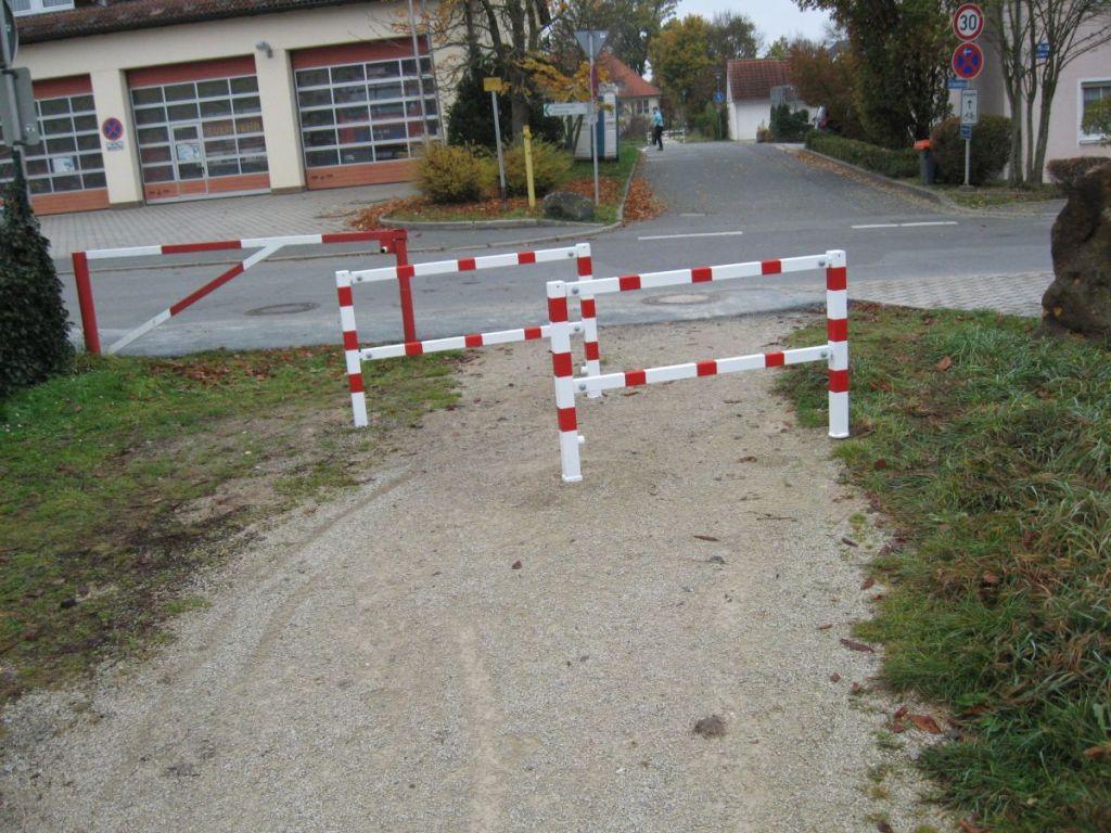Damit man nicht links über die Wiese fährt, ist dort noch ein zusätzliches Absperrgitter angebracht.