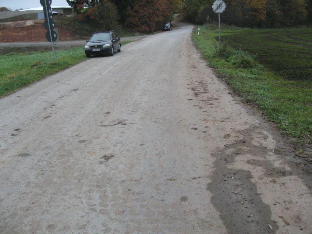 Verschmutzte Straße. Spätestens bei Nässe kein Spaß mehr.