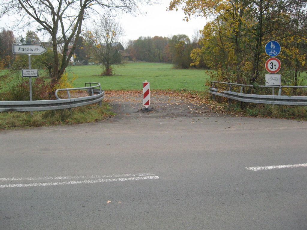 Hier wird vor dem Radweg gewarnt. Besser man fährt gleich auf der Bundesstraße.