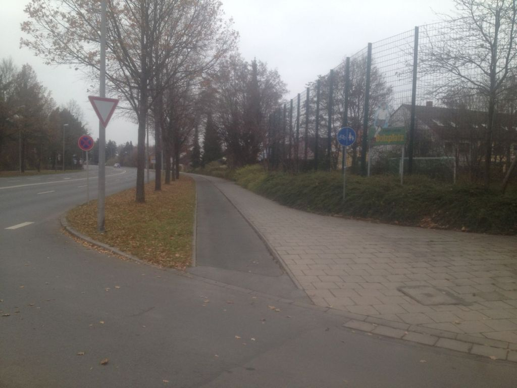 Hier beginnt die Benutzungspflicht für den Radweg.
