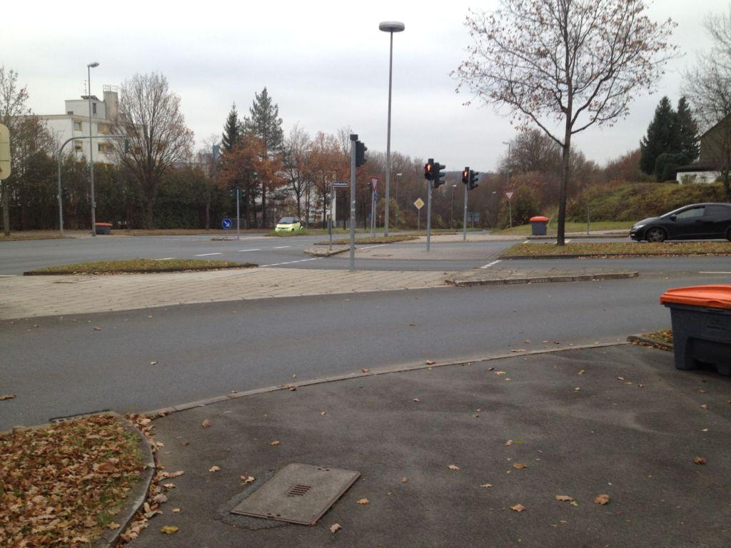 Nur eine Fußgängerampel führt geradeaus über die Kreuzung.