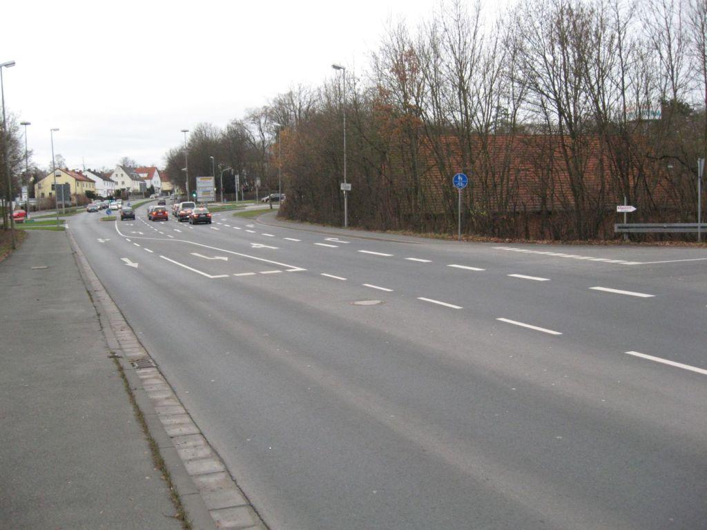 Rechts steht das Zeichen 240 (Gemeinsamer Geh- und Radweg).