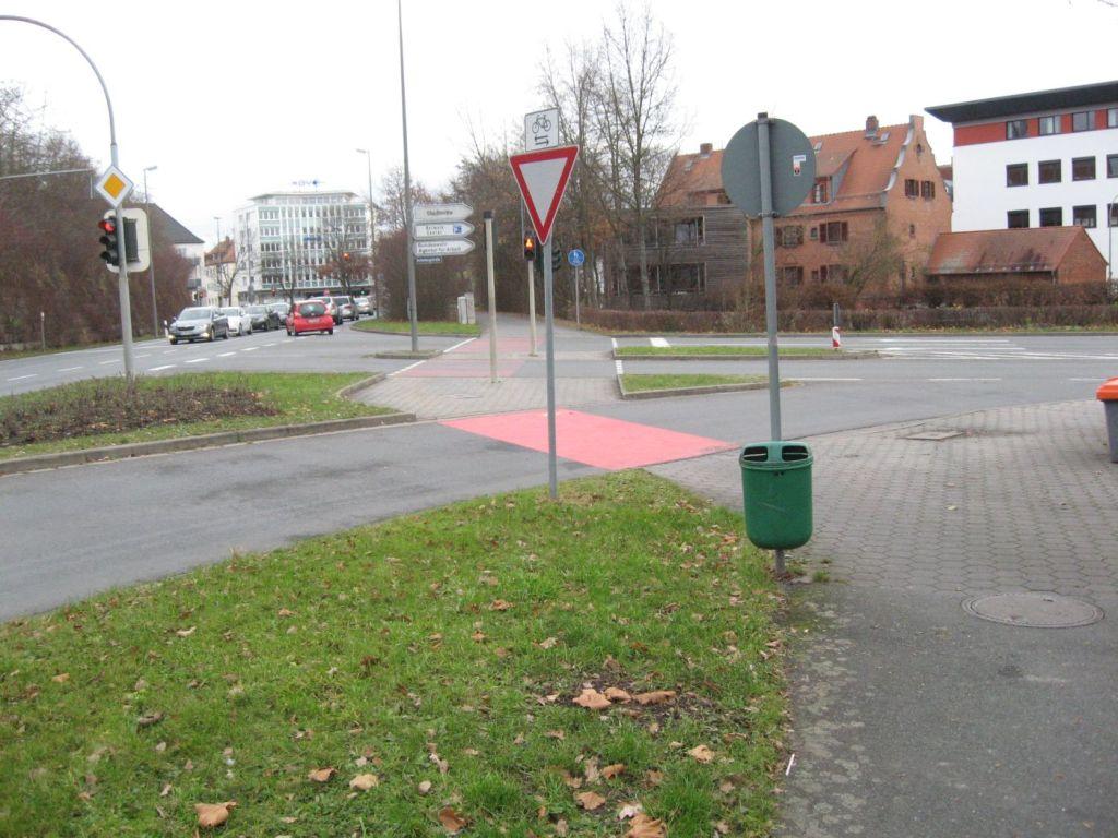 Extra Rechtsabbiegespur und leicht verschwenkter Radweg.