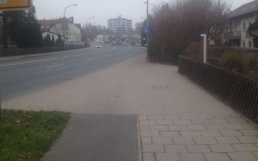 Der Radweg endet einfach ohne sichere Überleitung.
