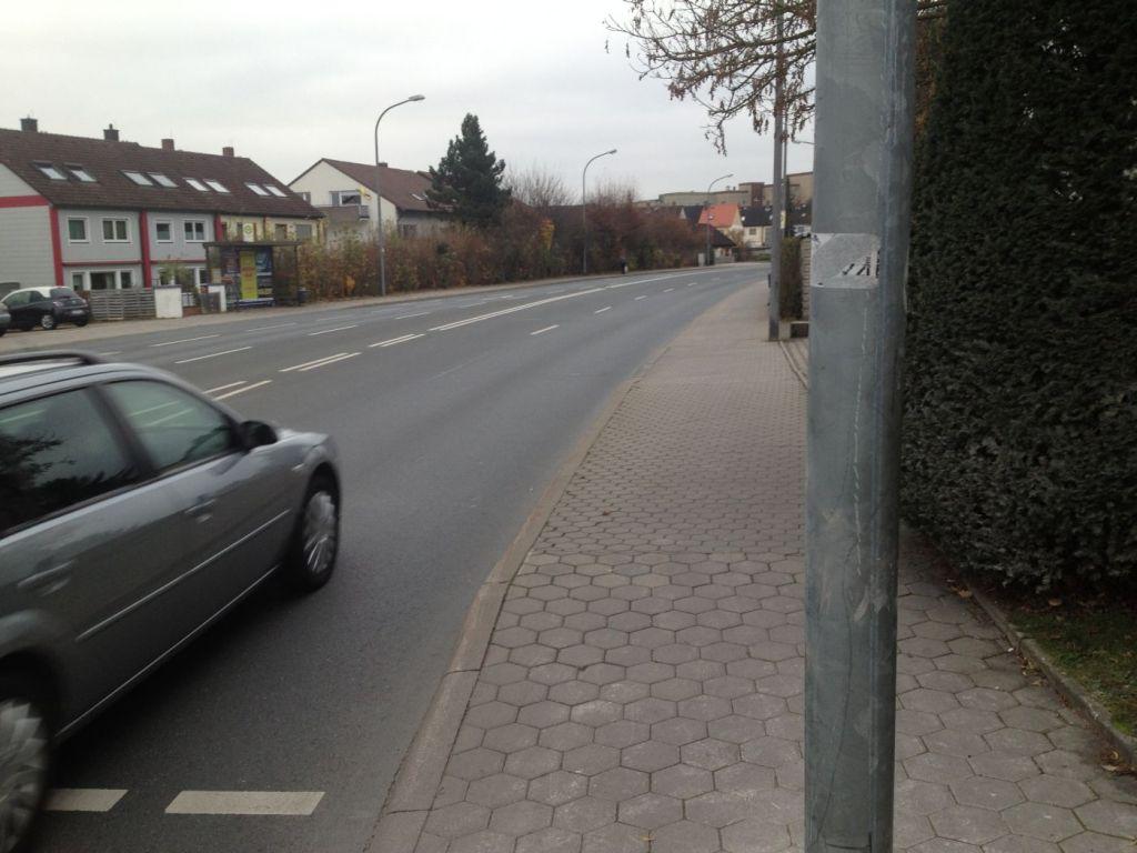 Anfang der Rheinstraße, rechts ein Gehweg.