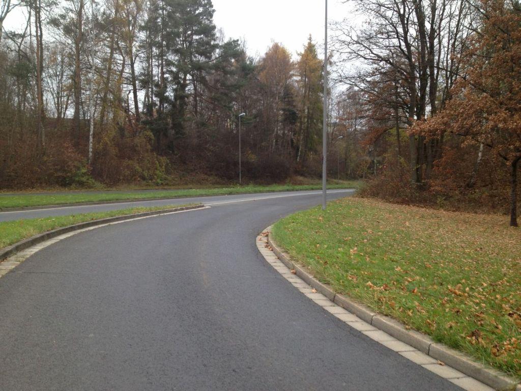 Die Rheinstraße kommend aus dem Kreisverkehr.
