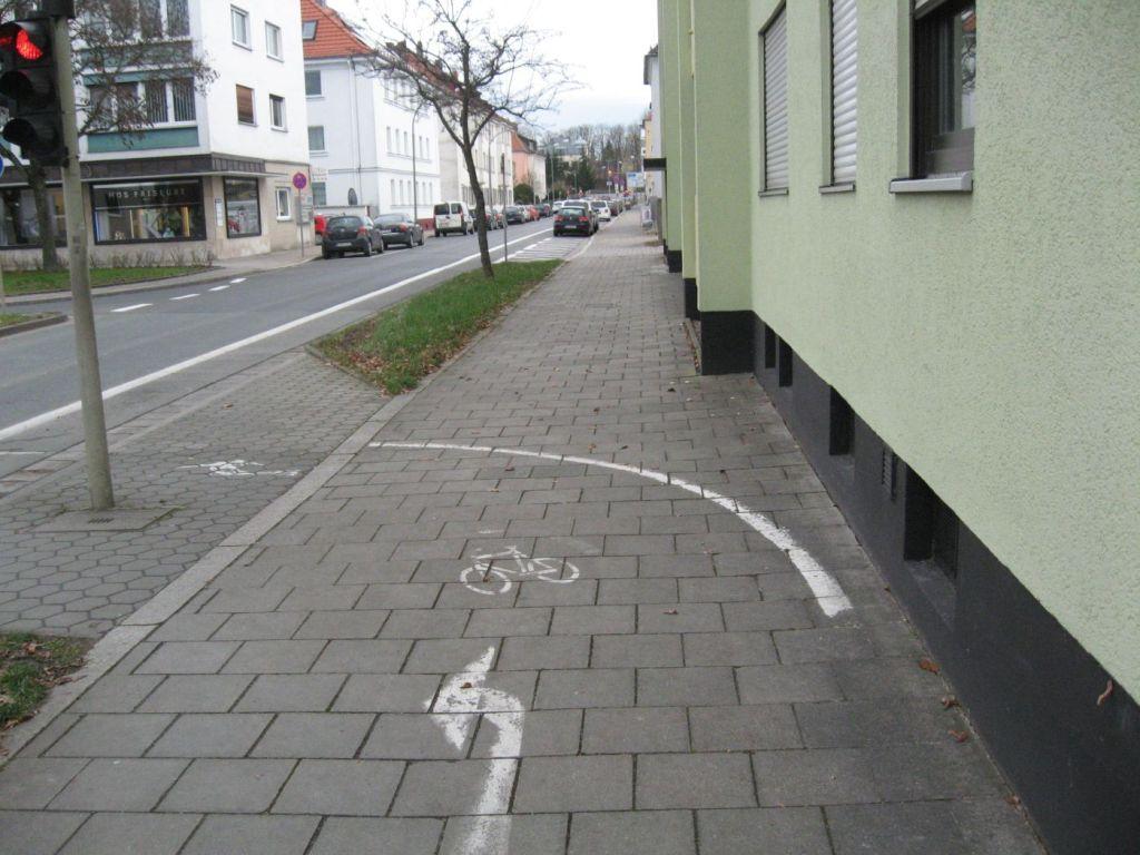 Fahrradpiktogramm mit Richtungspfeilen schickt den Radfahrer auf die Fahrbahn.