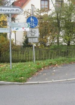 Der Fuß- und Radweg führt in den Zaun, oder wohin?