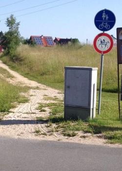 Auf Fuß- und Radwegen darf man sowieso nicht reiten. VZ 258 (Verbot für Reiter) überflüssig.